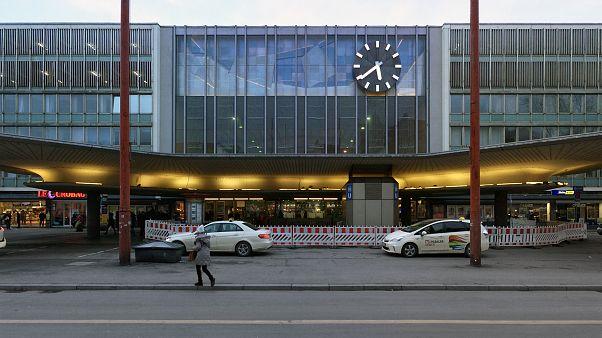 München Hauptbahnhof: Ein Polizist wurden bei einer Kontrolle von hinten mit einem Messer angegriffen.