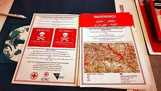 منشور تحذيري من خطر الألغام يوزعها الصليب الأحمر البوسني على المهاجرين
