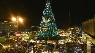 A karácsonyi vásár fényei Dortmundban 2019. november 25-én. Az 1700 darab vörös lucból készített 45 méter magas óriásfenyőt mintegy 48 ezer izzó világítja meg.