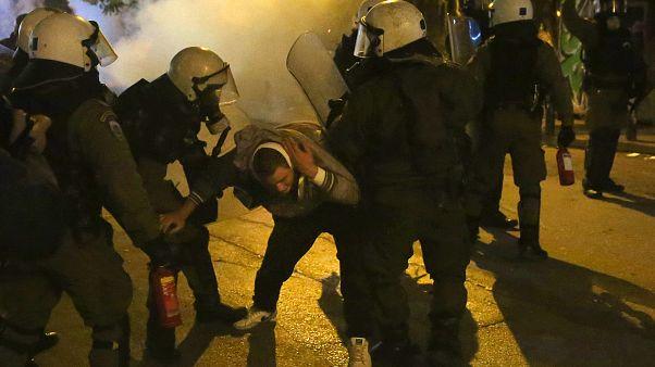Ανδρες των ΜΑΤ συλλαμβάνουν διαδηλωτή
