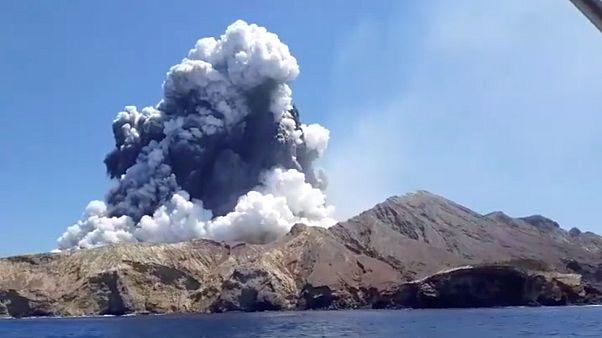 Yeni Zelanda'da faaliyete geçen yanardağın patlama anları görüntülendi
