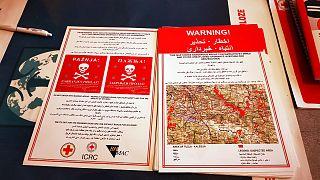 Kızıl Haç tarafından göçmenlere dağıtılan mayın uyarası broşürleri
