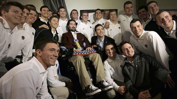 Az egykori Boston College csapatkapitány, Pete Frates középen