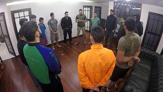Panama Büyükelçiliğine sığınan askerler dua ediyor