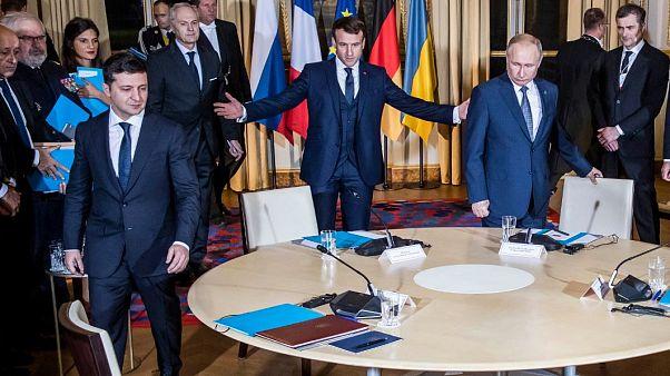 El presidente francés, Emmanuel Macron, invita a sentarse a sus homólogos ucraniano y ruso, Volodímir Zelenski y Vladímir Putin