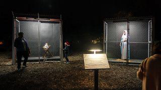La Virgen María, encerrada en una jaula, mira a José y el niño Jesús