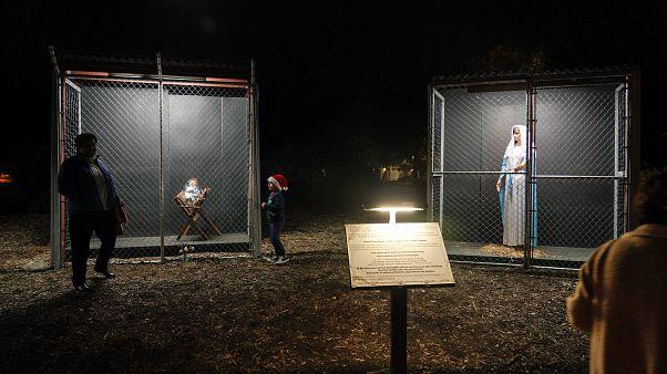 Ungewöhnliche Weihnachtskrippe: Heilige Familie im Käfig