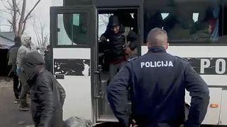 A vučjaki táborba érkeznek a migránsok a bosnyák rendőrség autóbuszán