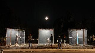 Ketrecekbe zárt menekültekként ábrázolja a Szent Családot egy amerikai templom betleheme