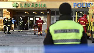 Polícia e equipas de socorro diante do hospital onde ocorreu o tiroteio