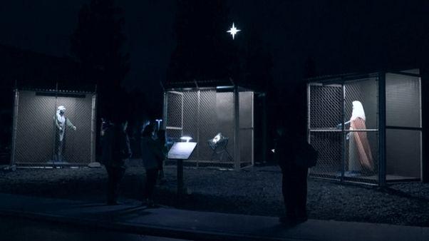 یک اجرای هنری در کالیفرنیا: مریم مقدس و عیسی مسیح پشت میلههای زندان