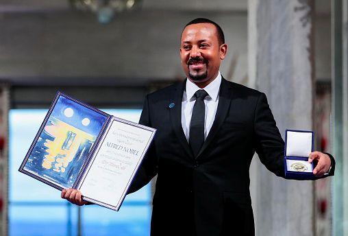 Il premier etiope Abiy Ahmed ritira il Nobel per la Pace 2019