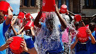 Boston, luglio 2019: ragazzi si versano addosso acqua gelata per commemorare il quinto anniversario del challenge