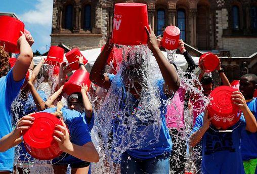 Boston, luglio 2019: ragazzi si versano secchiate d'acqua gelata per commemorare il quinto anniversario del challegnde