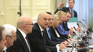 Ο υπουργός Εξωτερικών Νίκος Δένδιας μαζί με τους εκπροσώπους των κομμάτων