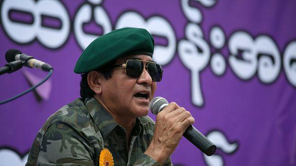 هلا سوي أحد أعضاء البرلمان في ميانمار في مظاهرة مناوئة للولايات المتحدة الأميركية