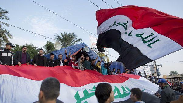 فيديو: آلاف العراقيين يتظاهرون في ساحة التحرير في ذكرى هزيمة داعش