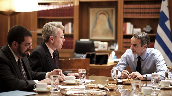 Ο πρωθυπουργός Κυριάκος Μητσοτάκης συνομιλεί  με τον πρέσβη των ΗΠΑ Τζέφρι Πάιατ