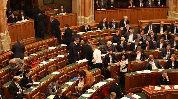 Elfogadták az ellenzék által szájzár törvénynek nevezett módosításokat a parlamentben