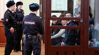 الأشخاص المتهمين بالتورط في تفجير المترو عام 2017 يحضرون جلسة محكمة في سان بطرسبرغ
