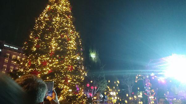 Αθήνα: Φωταγωγήθηκε το χριστουγεννιάτικο δέντρο στο Σύνταγμα