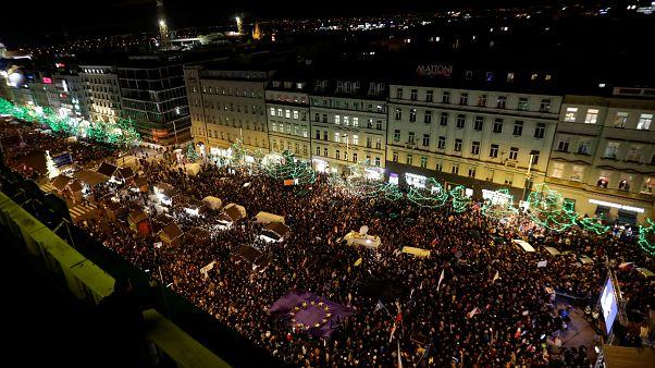 شاهد: تظاهرة حاشدة في براغ تطالب باستقالة رئيس الوزراء المتورط في عمليات فساد