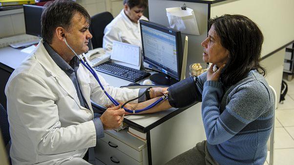 Megszavazta a parlament az új TB-törvényt, 700 ezren eshetnek ki az egészségügyi ellátásból