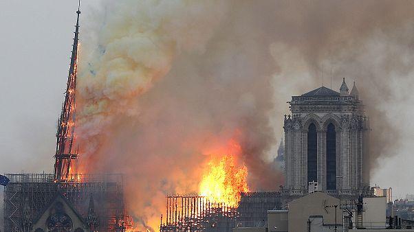 La flèche de la cathédrale Notre-Dame en feu à Paris le 15 avril 2019