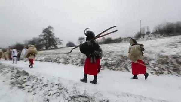 همقدمی شیطان و بابانوئل در جادههای برفی چک