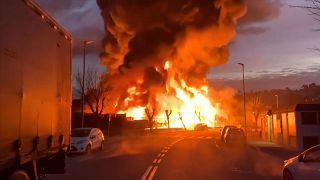 Alerta química tras un violento incendio en una planta de residuos cerca de Barcelona