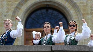 """Sağlık yardımı kesintilerine karşı parlamento önünde """"Bunad"""" isimli geleneksel kıyafetler giyen göstericiler Oslo, Norveç. 14 Mayıs, 2019. Vidar Ruud via Reuters"""