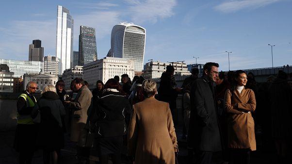 تجمع أشخاص بالقرب من جسر لندن، عشية الانتخابات التشريعية. 2019/12/11