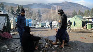 مهاجرون في مخيم فوتشياك المقام في منطقة كانت مكبا للنفايات قرب بلدة بيهاتش شمال غرب البوسنة