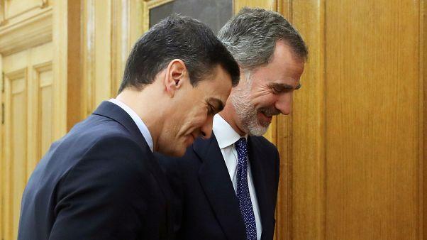 El rey Felipe VI saluda al primer ministro Sánchez antes de su reunión en Madrid