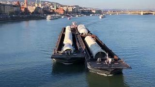 Hatalmas tartályok haladnak a Dunán