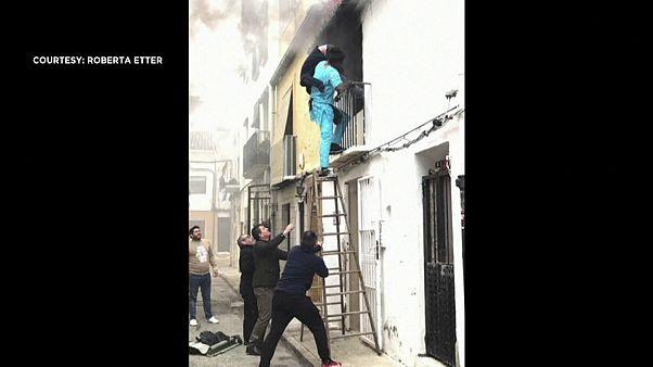 شاهد: مهاجر سنغالي ينقذ رجلا مقعدا في إسبانيا كان منزله يحترق