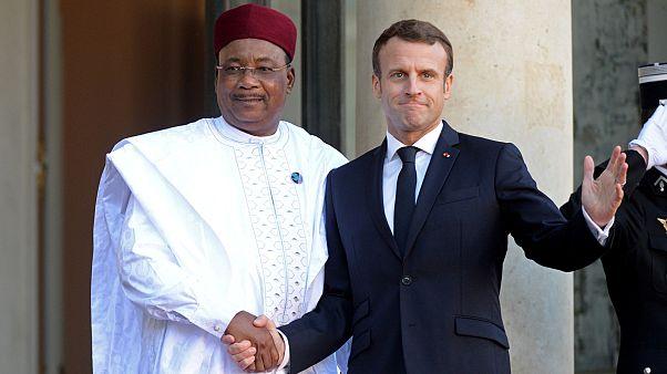 الرئيس الفرنسي إيمانويل ماكروت رفقة رئيس النيجر محمدو إيسوفو
