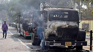 خودروهای آتش گرفته در جریان ناآرامیها در شهر گواهاتی، مرکز ایالت آسام هند