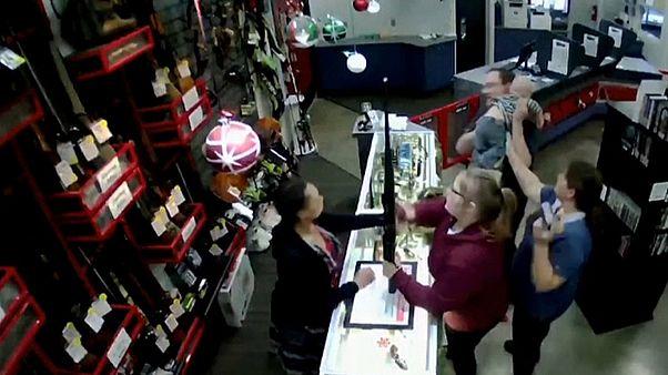 شاهد: رضيع ينجو من السقوط داخل متجر للأسلحة
