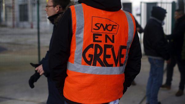 Macron'un emeklilik reformuna tepki olarak başlayan grevler ulaşımda aksamalara yol açıyor