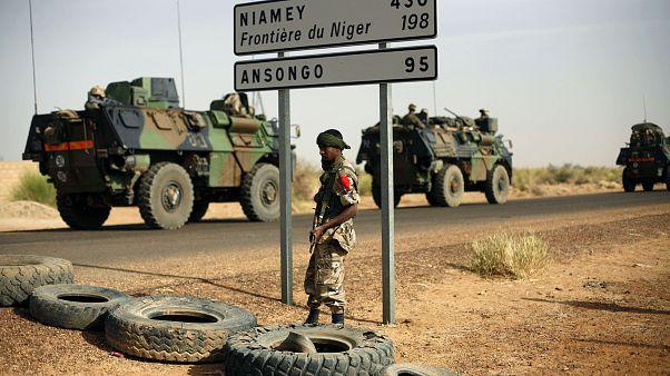 Hetvenegy nigeri katona