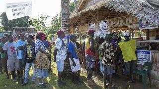 Des habitants de l'ile de Buka font la queue, à l'occasion du référendum sur l'indépendance de Bougainville, le 25 novembre 2019