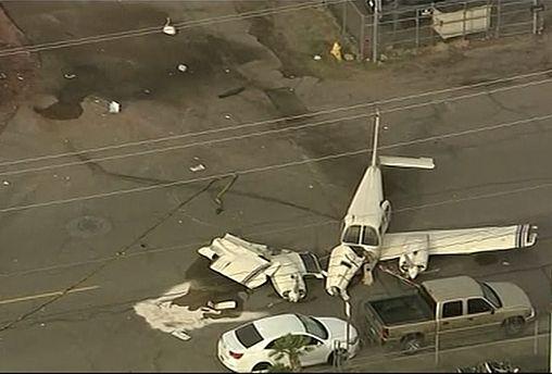 Çift motorlu uçak iniş esnasında cadde ortasına çakıldı