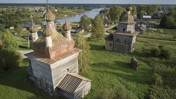 """Russia, la storia dei """"restauratori neri"""" che salvano le chiese in legno dall'abbandono"""