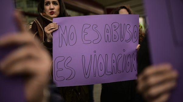 """Pamplona'da düzenlenen eylemlere bir kadın """"bu cinsel taciz değil tecavüz"""" pankartı tutuyor"""