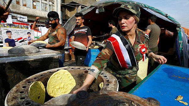 متظاهرون يخبزون أثناء التظاهر في بغداد- أرشيف رويترز