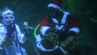 Weihnachtsmann auf Tauchgang