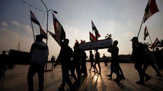 العراق: متظاهرون يقتلون شابا ويعلقونه على عمود وسط بغداد