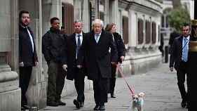 Im Regen und mit Hund: Briten wählen neues Parlament