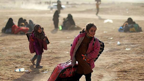 طفلة تمشي بالقرب من باغور في محافظة دير الزور في سوريا